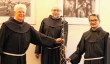 Die Franziskanerbrüder Heinrich Gockel, Augustinus Diekmann und Chi Thien Vu (von links) arbeiten im Dortmunder Büro der Franziskaner Mission. Foto: Maas, Der Dom